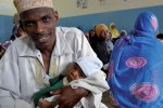 Zanzibar: Father with vaccinated child