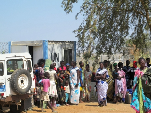 Civilians seeking protection at the United Nations Mission in South Sudan (UNMISS) compound adjacent to Juba International Airport. 1 Juba, South Sudan UN Photo/Rolla Hinedi