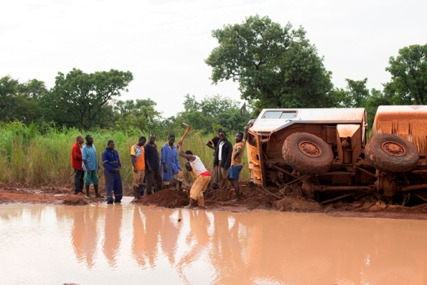 A team of UN Security officials travelled through parts of Central Equatoria, Western Equatoria, and Western Bahr El Ghazal, to assess the state of the road and other conditions, including local conditions that might impact travel. A group of truck drivers take turns clearing earth to drain water from an impassable section of road that has stopped close to 100 trucks on the road linking Western Equatoria and Western Bahr El Ghazal