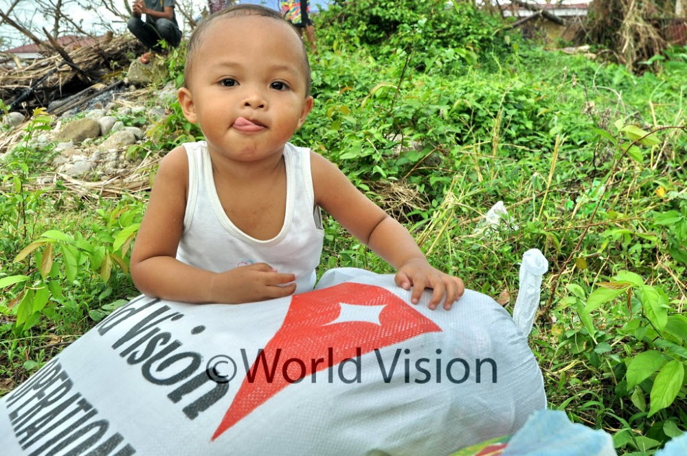 World Vision distributes food and hygiene kits to families affected by Typhoon Haiyan in Bantigui, Ormoc, on 26 November 2013